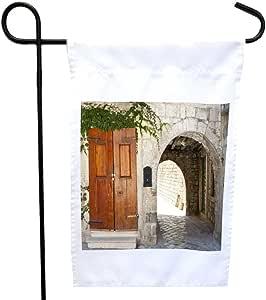 Rikki Knight 古老拱门和木质门位于多布鲁塞尔房或花园旗帜,27.94 x 27.94 cm 图片,30.48 x 45.72 cm